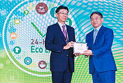 Kao Thailand president Hiroaki Taki (left) receiving the award plaque from Deputy Prime Minister ACM Prajin Juntong (right)
